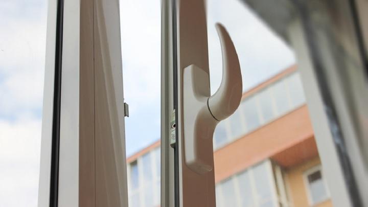 Младенец выпал из окна многоэтажки в Магнитогорске