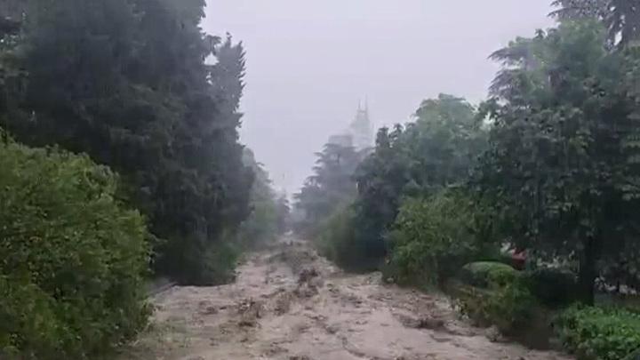 Власти Ялты закрыли въезд в город из-за подтоплений