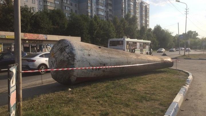 В Новосибирске отлетевшая при взрыве на АЗС цистерна стала доской для объявлений