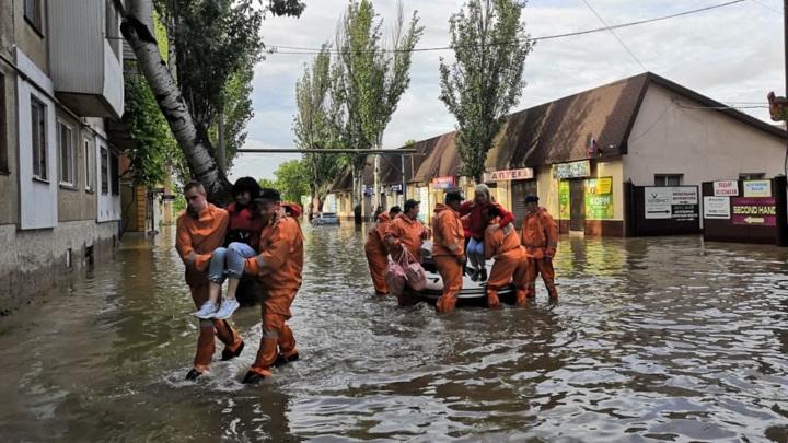 Наводнение в Ялте заблокировало жильцов многоквартирного дома
