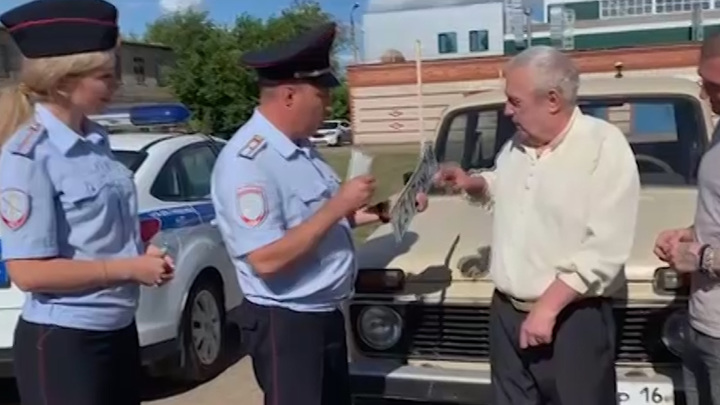 """Пенсионеру из Бугульмы, у которого украли машину прямо из гаража, подарили новую """"Ниву"""""""