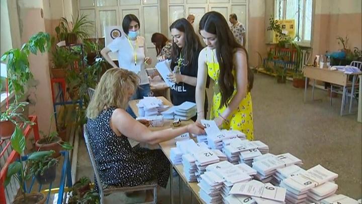 Внеочередные парламентские выборы начались в Армении
