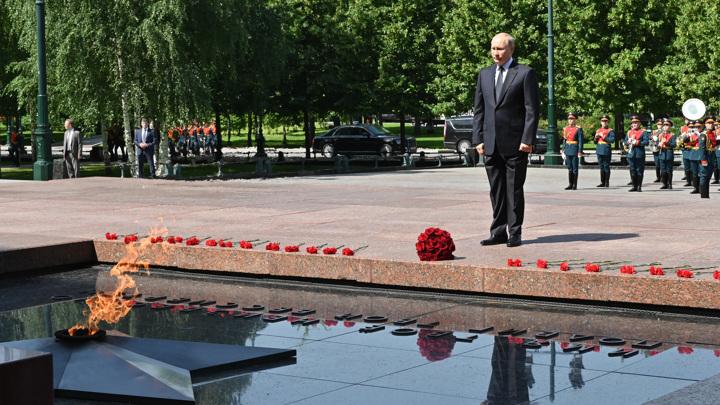 Мы сохраним эту память: президент возложил цветы к Могиле Неизвестного Солдата