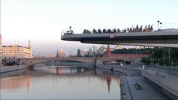 """На Парящем мосту в парке Зарядье прозвучал """"Реквием"""" в честь Дня памяти и скорби"""