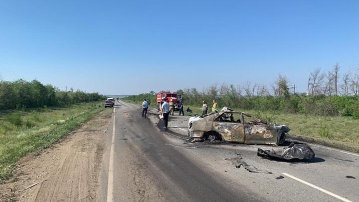 В Самарской области в ДТП на трассе три человека погибли в сгоревшем автомобиле