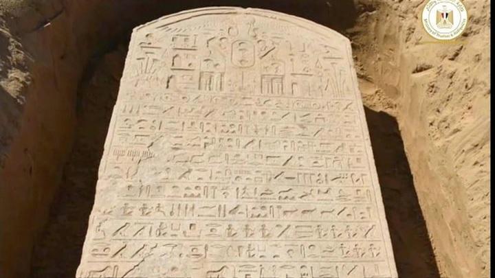 Египетский фермер нашел 2600-летнюю стелу фараона Априя