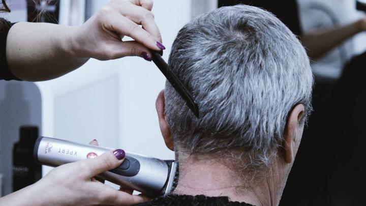 С возрастом волосы изменяют свою структуру. В них становится меньше пигмента меланина, что проявляется в появлении седины.