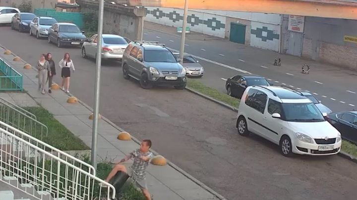 Человек против мусорки: в Набережных Челнах урна наказала двух хулиганов