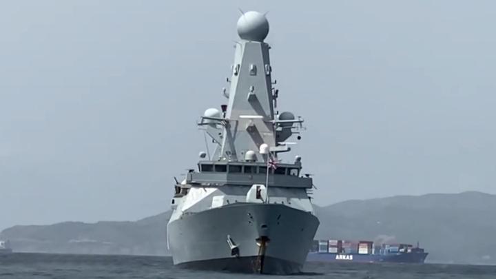 Экипаж пограничного катера ФСБ несколько раз предупредил Defender об открытии огня