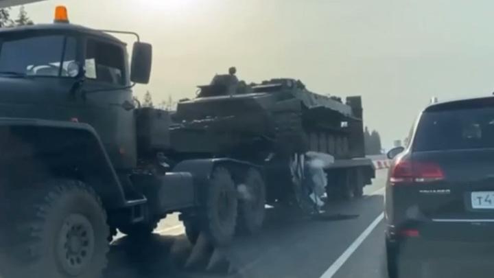 В Ленобласти внедорожник врезался в тягач, перевозивший БТР