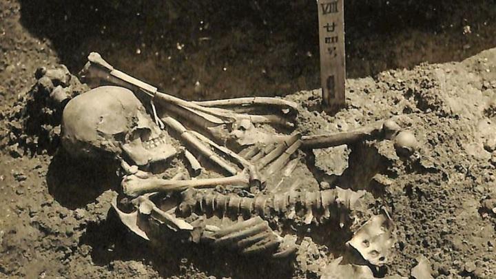 Скелет мужчины был обнаружен в захоронении, расположенном поблизости от неолитической стоянки Цукумо.
