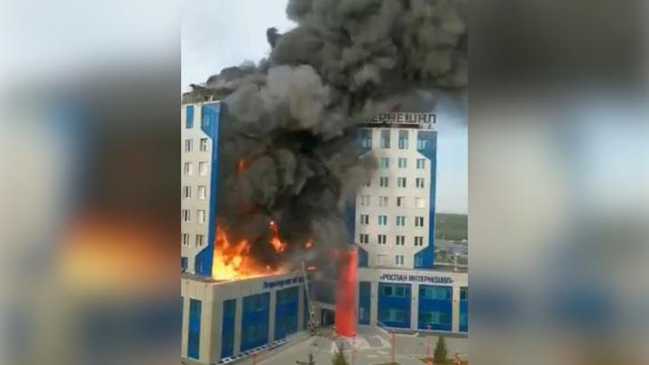 """В Новом Уренгое горит здание дочки """"Роснефти"""""""