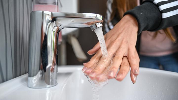 Посетителям летних веранд разрешили мыть руки без QR-кода