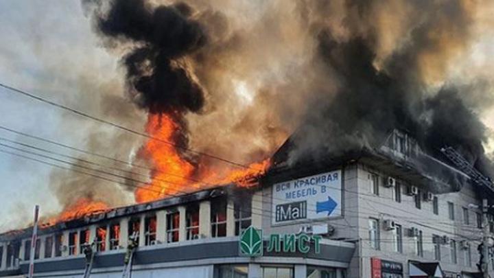 В Пензе загорелся крупный торговый центр
