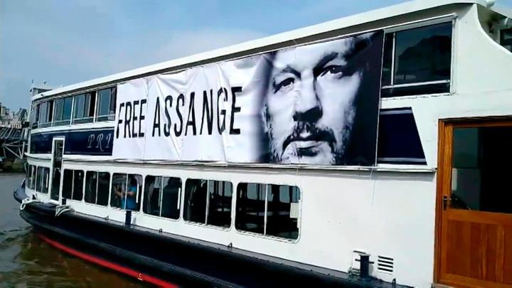 "По Темзе проплыл теплоход с плакатом ""Свободу Ассанжу"""