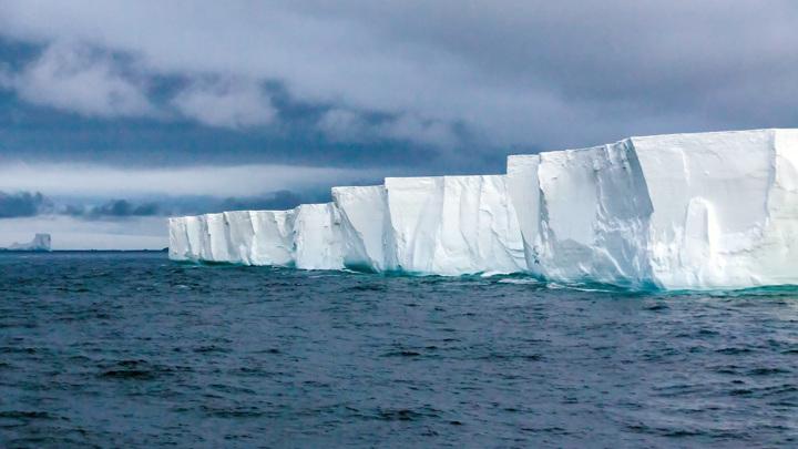 Антарктический ледовый щит содержит в себе 90% всей пресной воды Земли. Он способен поднять уровень моря на целых 60 метров, если растает полностью.