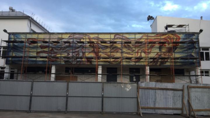 На фасаде православной гимназии: в Дзержинске сохранят уникальную советскую мозаику
