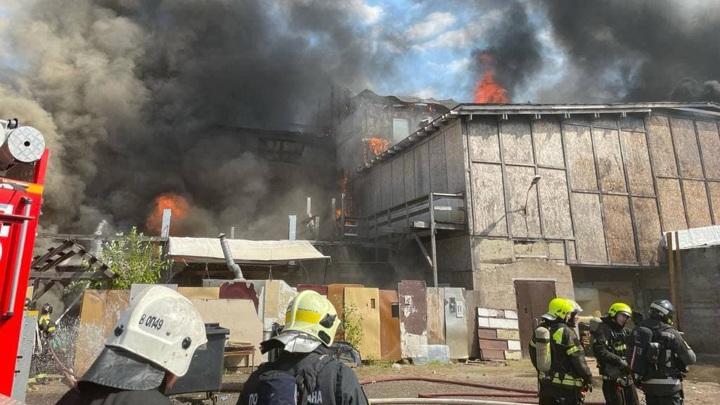 Авиацию привлекли к тушению пожара на складе в Москве