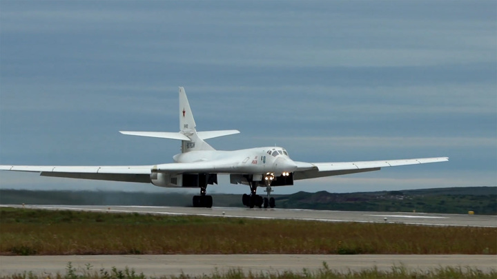 Два российских Ту-160 провели полет над Балтикой