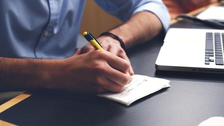 Ученые ответили на важный вопрос современного образования – нужно ли учить школьников писать от руки или же обучать детей чтению и набору текста лишь с помощью компьютера.