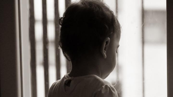 В Липецке из окна пятого этажа выпал трехлетний мальчик