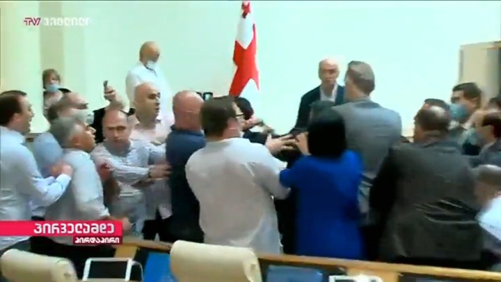 Грузинские депутаты устроили драку в зале заседаний