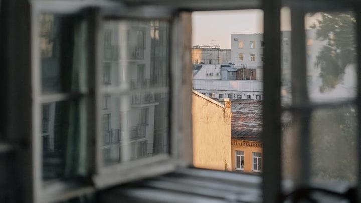 Двухлетний ребенок выпал из окна пятиэтажки в Череповце