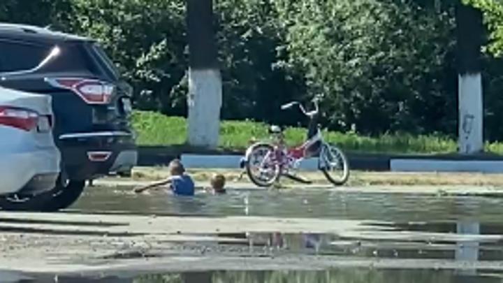 Детство без Интернета: нижегородские дети купались в луже