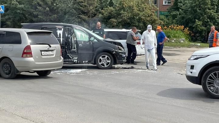 В результате ДТП новосибирского водителя залило белой краской