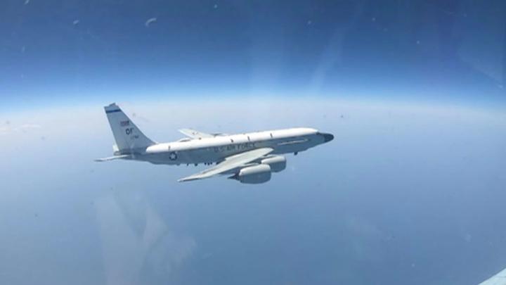 Су-27 сопроводил RC-135 над Черным морем