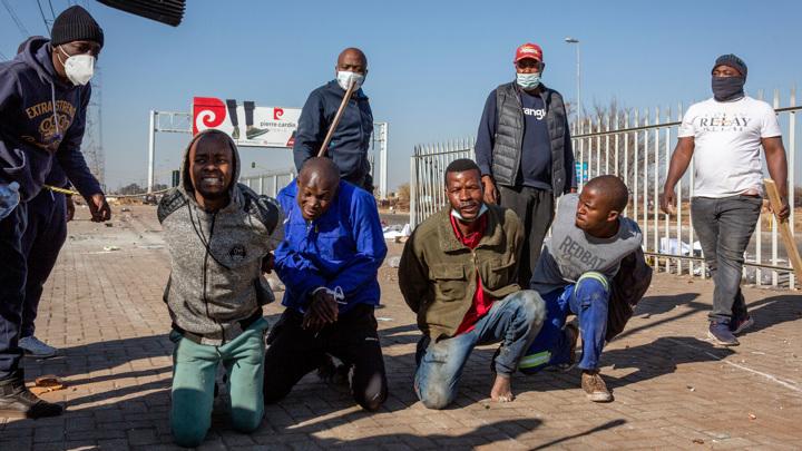 Число жертв беспорядков в ЮАР превысило двести человек