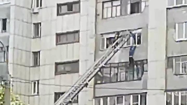 Челябинец сорвался с 7 этажа, когда его спасали. Видео