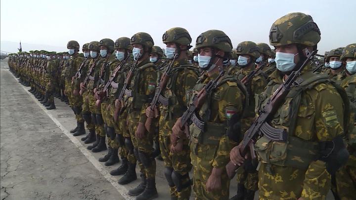 Беженцы идут на север: Душанбе укрепляет границу с Афганистаном