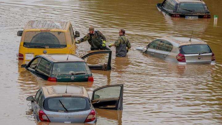 Дожди, грозы и град в Швейцарии: дороги размыло, авто ушли под воду