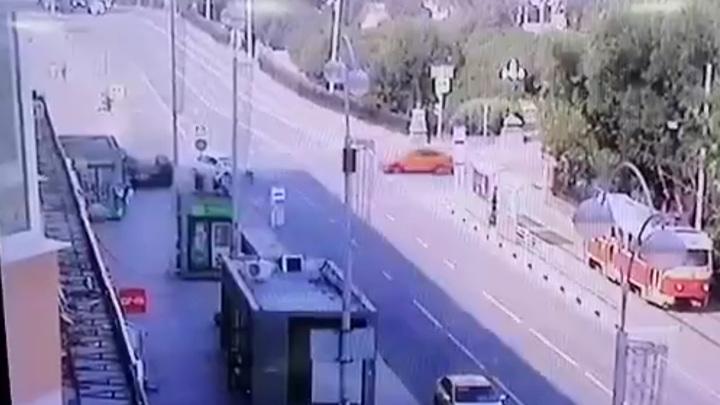 Момент ДТП с переворотом в Екатеринбурге попал на видео