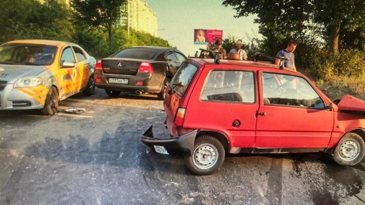 В донской столице автомобиль стажера попал в тройное ДТП