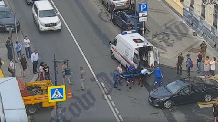Мотоциклист на высокой скорости врезался в грузовик в центре Москвы. Видео