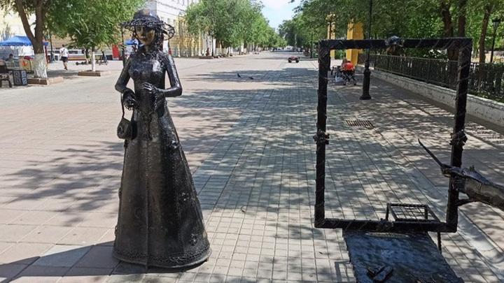 Неизвестные похитили зонтик у бронзовой статуи в Оренбурге