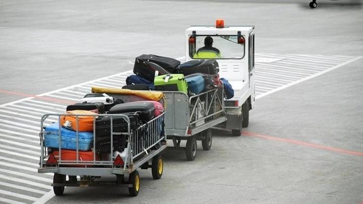 Судно на ремонте: тележки повредили самолет в аэропорту Толмачево