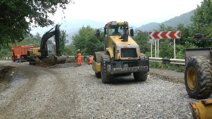В Сочи капитально ремонтируют разрушенную стихией дорогу в горное село