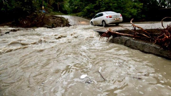 В Сочи погиб водитель машины, которая съехала с моста в реку. Еще троих людей ищут