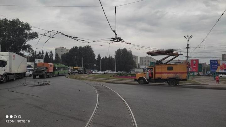 В Новосибирске разыскивается водитель, который оборвал троллейбусную линию
