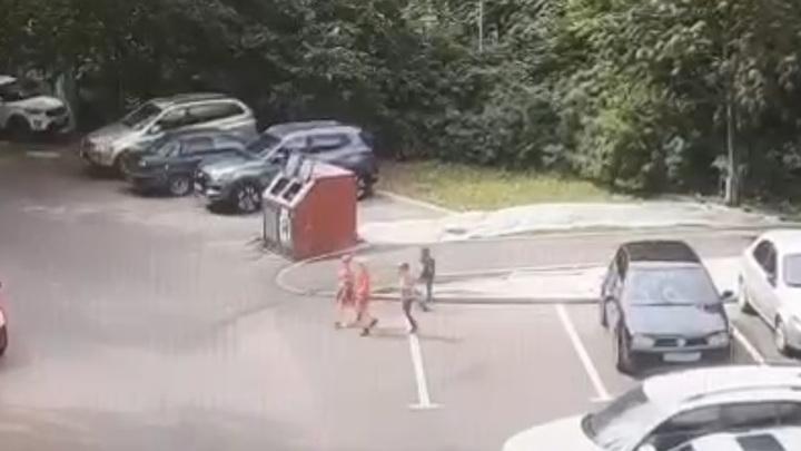 Побег детей из московского садика попал на видео