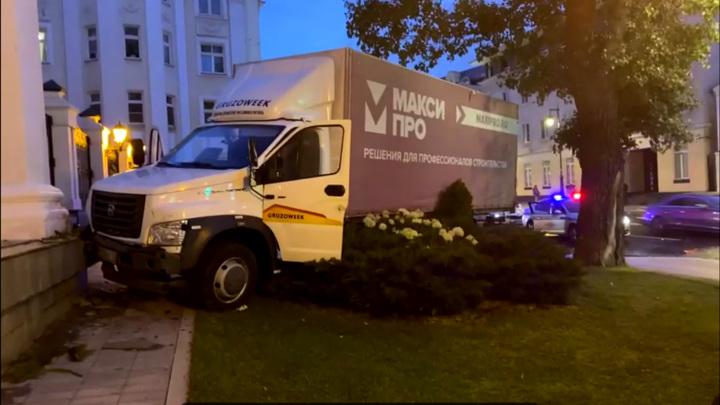 В Москве фургон врезался в здание Центра оперного пения