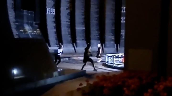 Школьницы станцевали для TikTok у Вечного огня в Екатеринбурге