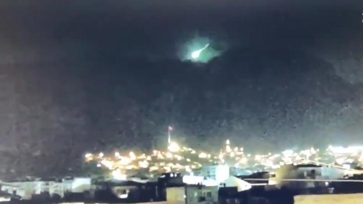 В Турции очевидцы сняли в небе крупный метеор