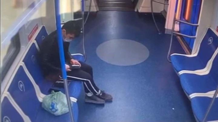 Безработный мигрант украл смартфон и кошелек у забывчивого пассажира метро