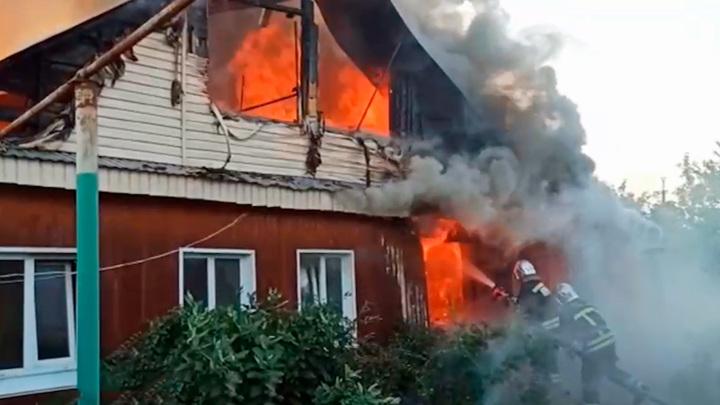 Серьезный пожар в Уфе: загорелись три жилых дома