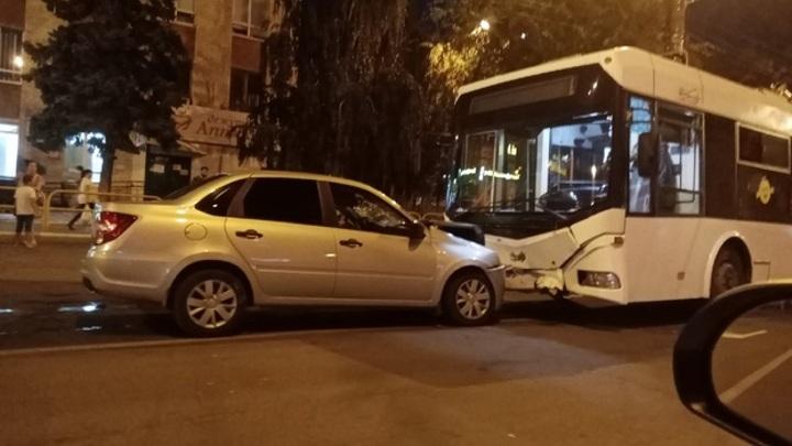 В Тольятти День ВДВ завершился столкновением легковушки с троллейбусом