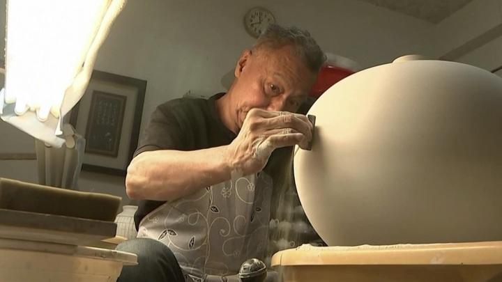 """Тайваньский гончар Хван Чэн-нань изготавливает """"танцующие"""" керамические чаши"""